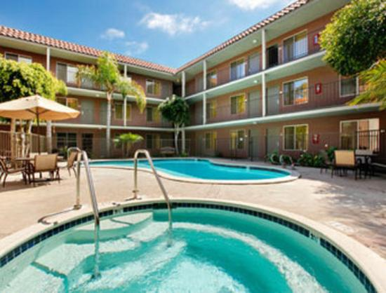 Days Inn & Suites - Sea World/Airport: Pool