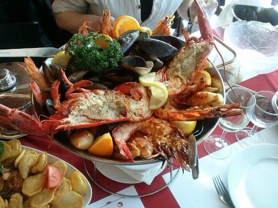Ivry-sur-Seine, France: Un plat de fruit de mer et sa soupe