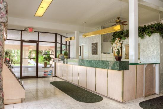 Golden Host Resort: Lobby