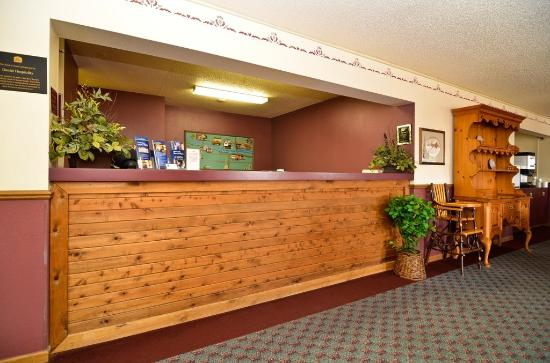 Cozy House & Suites: Front Desk