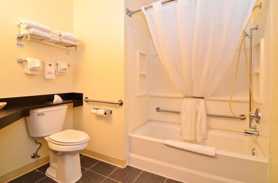 Cozy House & Suites: Bathroom