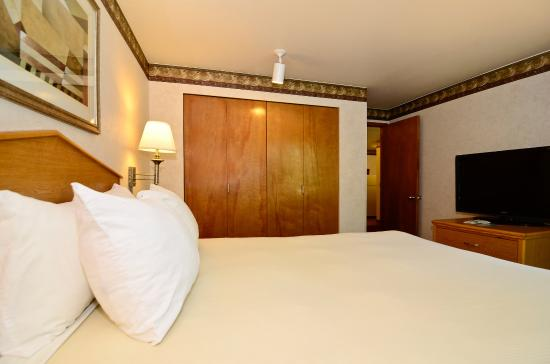 Friday Harbor Suites: Queen Bedroom