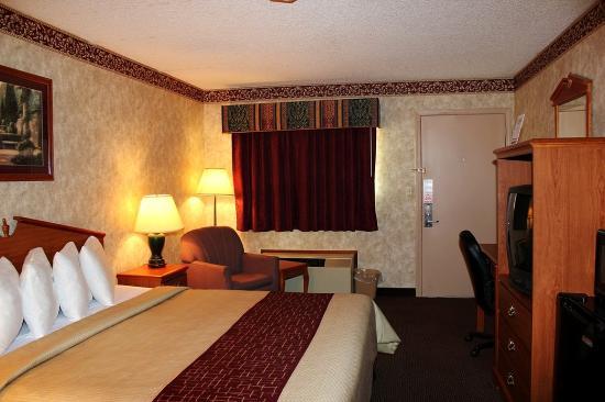 Days Inn & Suites Monroe: Superior King