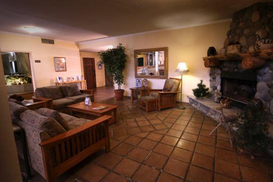 Yellowstone Pioneer Lodge: Hotel Lobby