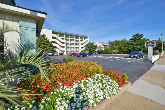 Best Western Plus Holiday Sands Inn & Suites: Lobby Entrance and Tower Building