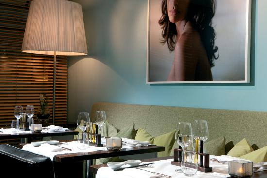 Gallery Hotel Art: The Fusion Bar & Restaurant