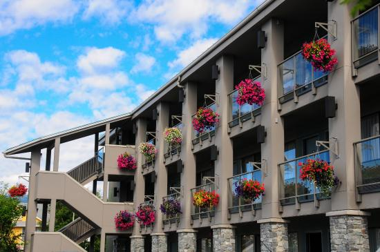 Accent Inn Vancouver Airport: Hanging Baskets