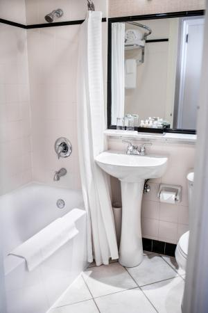 The Lord Nelson Hotel & Suites: Petite Bathroom