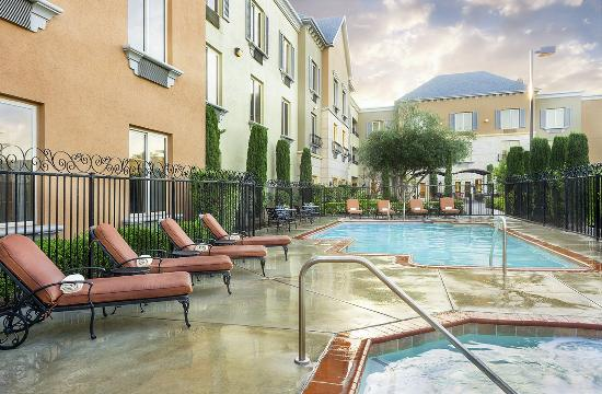 Ayres Hotel Seal Beach: Relaxing Outdoor Pool and Jacuzzi