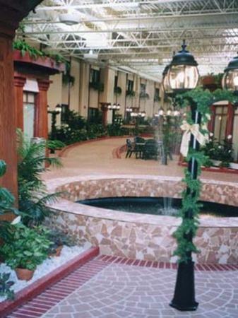 Canad Inns Destination Centre Fort Garry: Courtyard