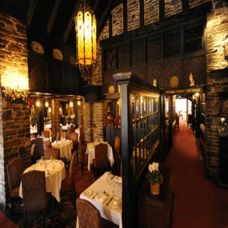 Old Mill Toronto: 21 West Restaurant where live entertainment can be enjoyed.