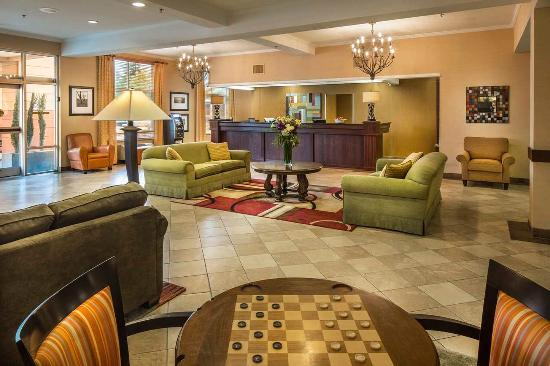 DoubleTree by Hilton Olympia: Reception Desk