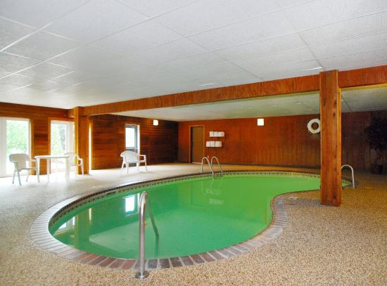 Days Inn by Wyndham Hutchinson: Indoor Pool