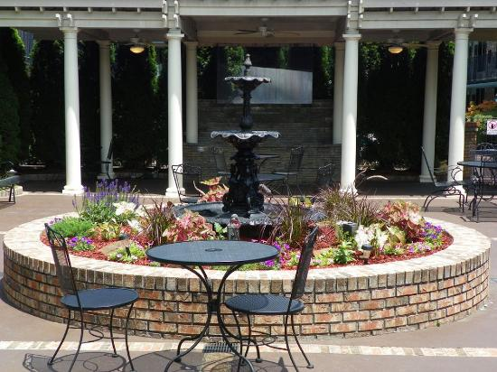 Lafayette Garden Inn & Conference Center: Courtyard