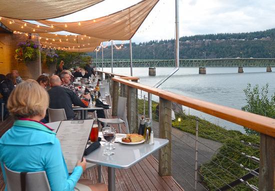Best Western Plus Hood River Inn: Deck Evening
