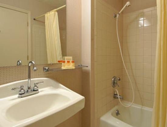 Days Inn Harrodsburg : Bathroom