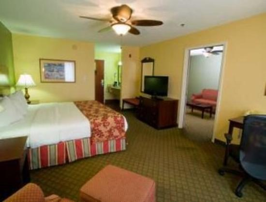 Baymont Inn & Suites Evansville East: Suite
