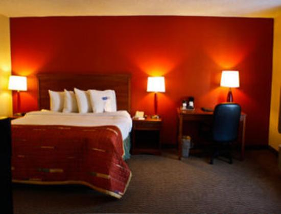 Baymont Inn & Suites Peoria : 1 Bed Guest Room