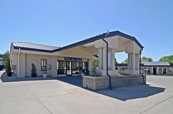 Red Arrow Inn & Suites : Exterior