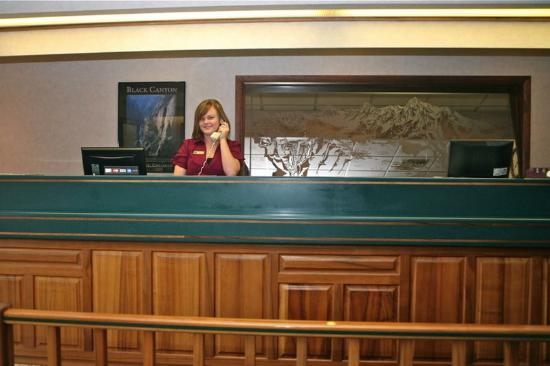Red Arrow Inn & Suites : Front Desk
