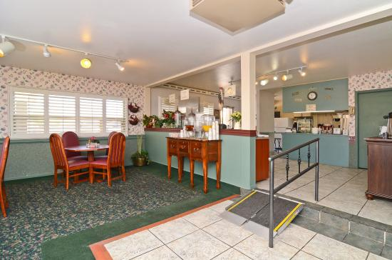 Red Arrow Inn & Suites : Breakfast Area