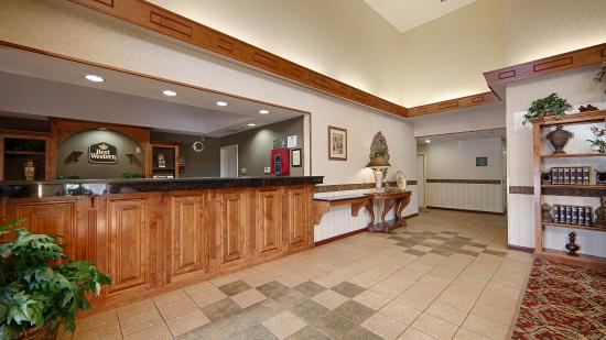 Best Western Bradbury Inn & Suites: Front Desk