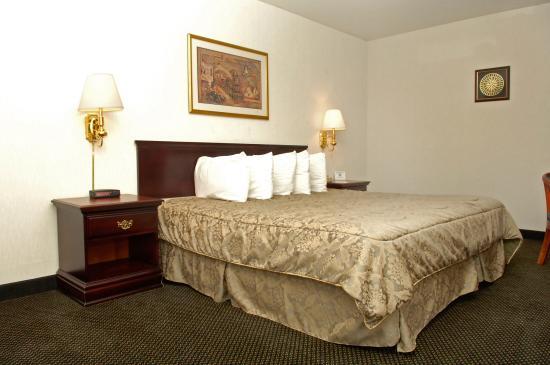 FairBridge Hotel at Executive Plaza Wheeling: King Suite