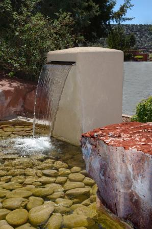 BEST WESTERN PLUS Inn of Sedona: Front Entrance Water Feature