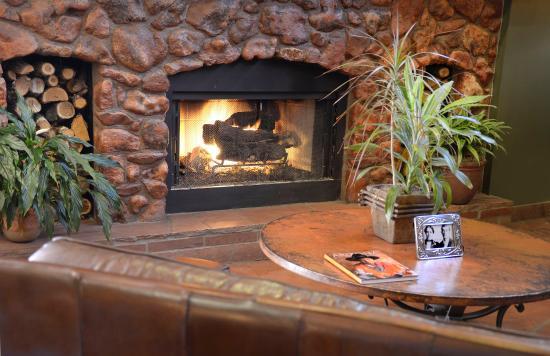 Best Western Plus Inn of Sedona: Lobby Fireplace