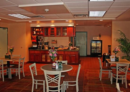 Allure Suites: Breakfast Area