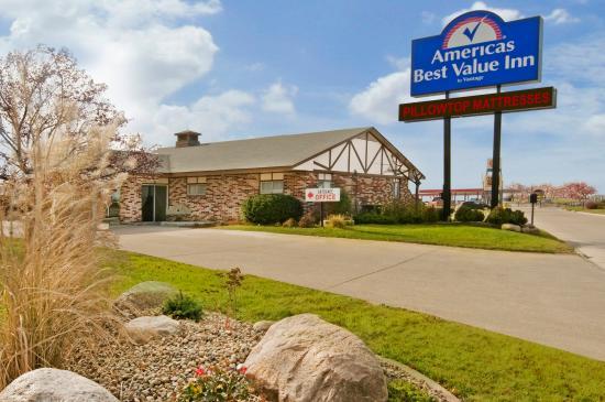 Americas Best Value Inn Osceola: Exterior With Sign