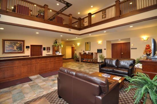 GrandStay Hotel & Suites Chaska: Ground Floor of Lobby