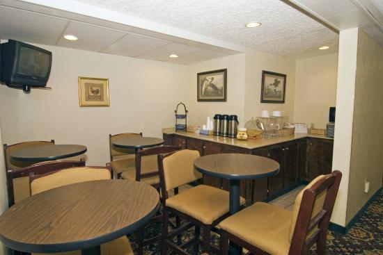 Oak Tree Inn: Breakfast Area