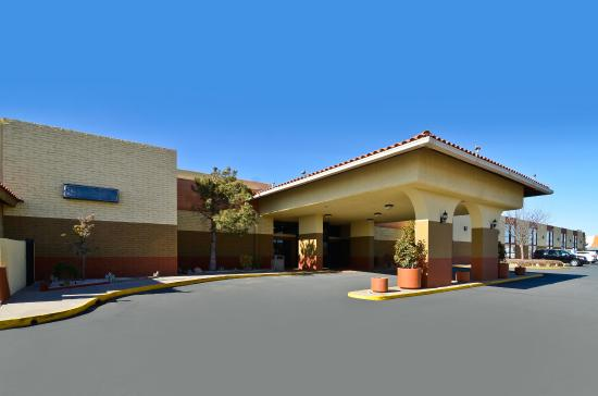 Sally Port Inn & Suites: Hotel Exterior