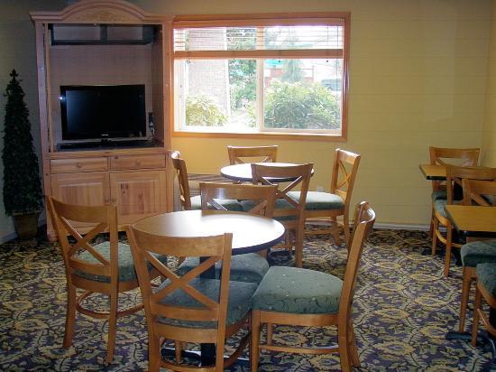 GuestHouse Vineyard Inn McMinnville: Lobby Breakfast Area