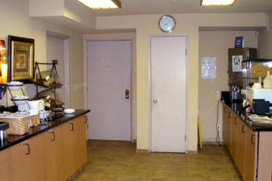GuestHouse Vineyard Inn McMinnville: Lobby - Breakfast