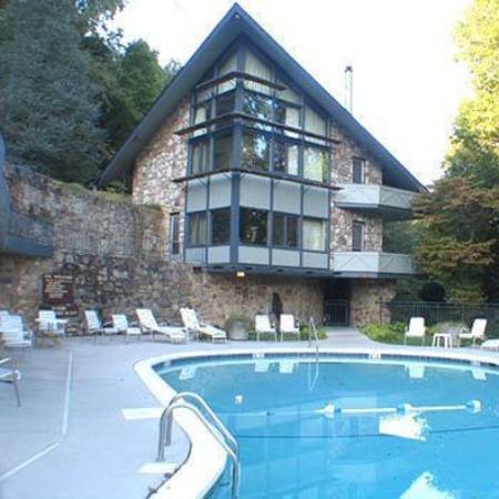 Chalet Inn: Exterior