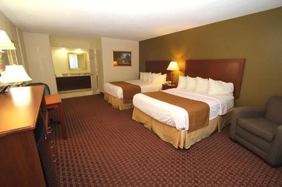 Crossroads Inn and Suites: Double Queen Guest Room