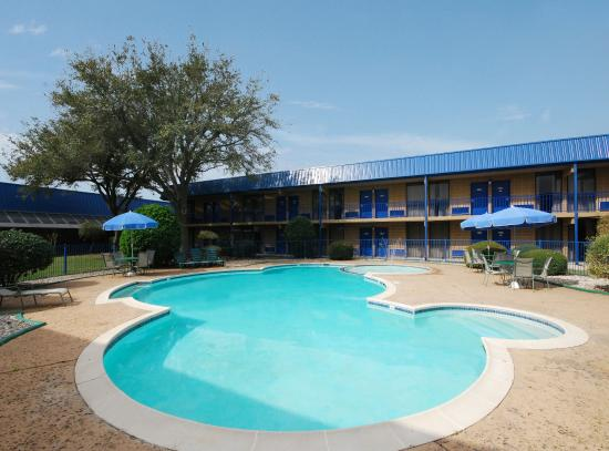 Days Inn Bay City: Outdoor Swimming Pool
