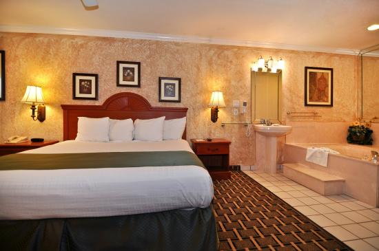 Best Western Pearland Inn : King Suite with Whirlpool