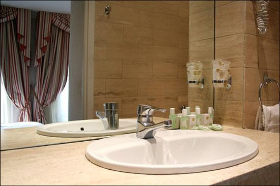 Hotel Elysees Paris: Guest Bathroom
