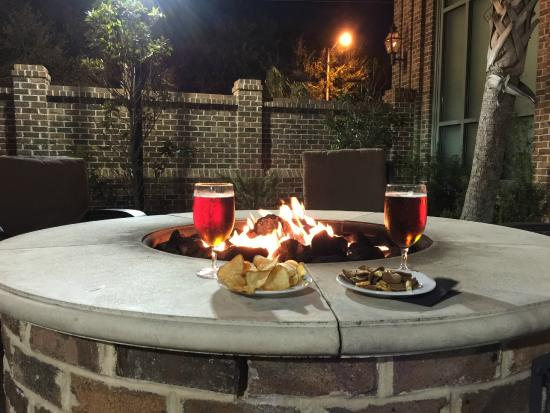Embassy Suites by Hilton Savannah: Awesome Fire Pit