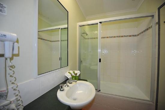 Coral Tree Inn: Suite Bathroom