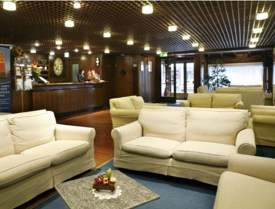 Hotel Les Jumeaux Courmayeur: Hall