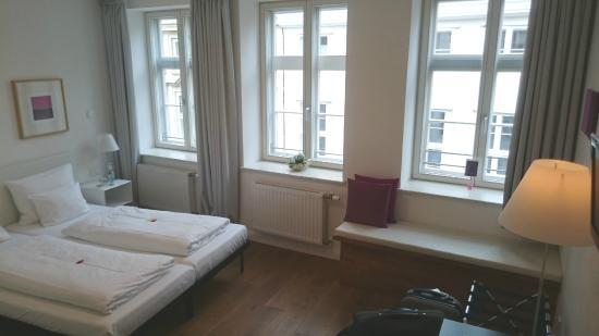 einzigartig - Das kleine Hotel im Wasserviertel: Zimmer mit Sitzbank am Fenster.