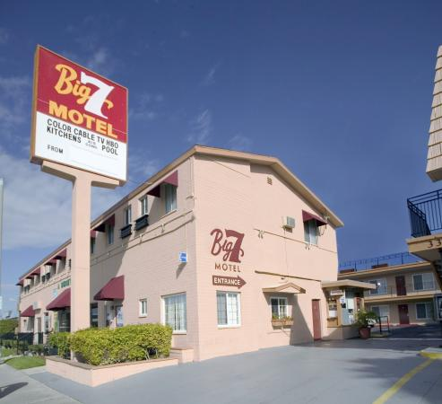 Big 7 Motel: Hotel Entrance