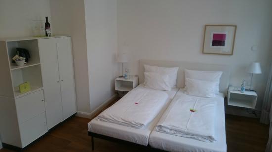 einzigartig - Das kleine Hotel im Wasserviertel: Zimmer. Links das Bad mit einem kleinen Fenster an der Decke, so kommt Tageslicht hinein.