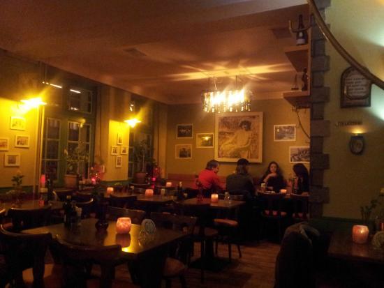 Taverna Dimokritos: green wall
