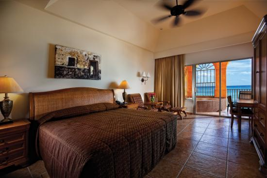 The Royal Haciendas All Suites Resort & Spa: Master bedroom
