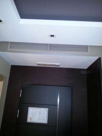 Nexus Valladolid Suites & Hotel : suciedad en la rejilla de ventilación (III)